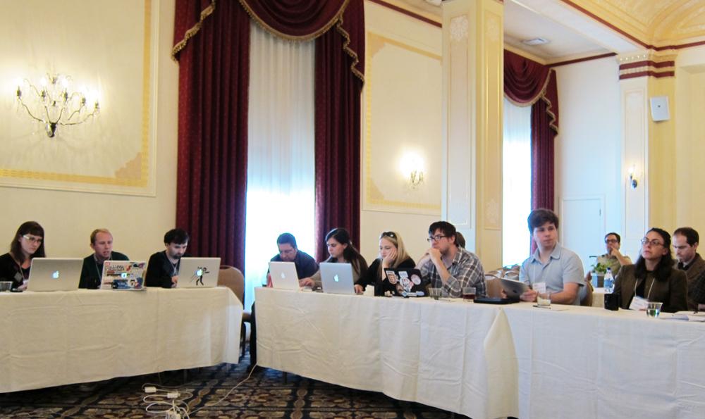 2011年「Books in Browsers」カンファレンス内のWebアノテーションの会議にて。頭に黒いサングラスをのせたトラヴィス・アルバー。その隣にチェックのシャツのアーロン・ミラー。