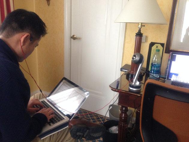 インタビューは、ブレットのいるニューヨークと私たちボイジャースタッフのいるサンフランシスコとを、Skypeでつないで行われた。最初はブレットの外出先から携帯電話回線で試したが、映像も音声も質が悪い。それがわかると彼は、自宅に戻ればより良い環境で話せると提案してくれた。その日の夜、私たちはホテルの部屋からブレットの自宅にSkypeをかけ直し、無事にインタビューが始まった。