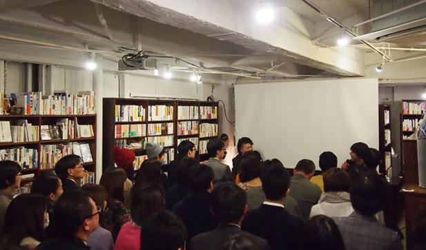 「街の本屋の逆襲」会場の様子。B&Bのイベントスペースから人が溢れるほどの盛況ぶり。