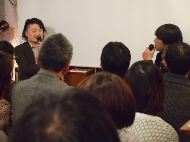 左奥:内沼晋太郎、右奥:佐藤雄一