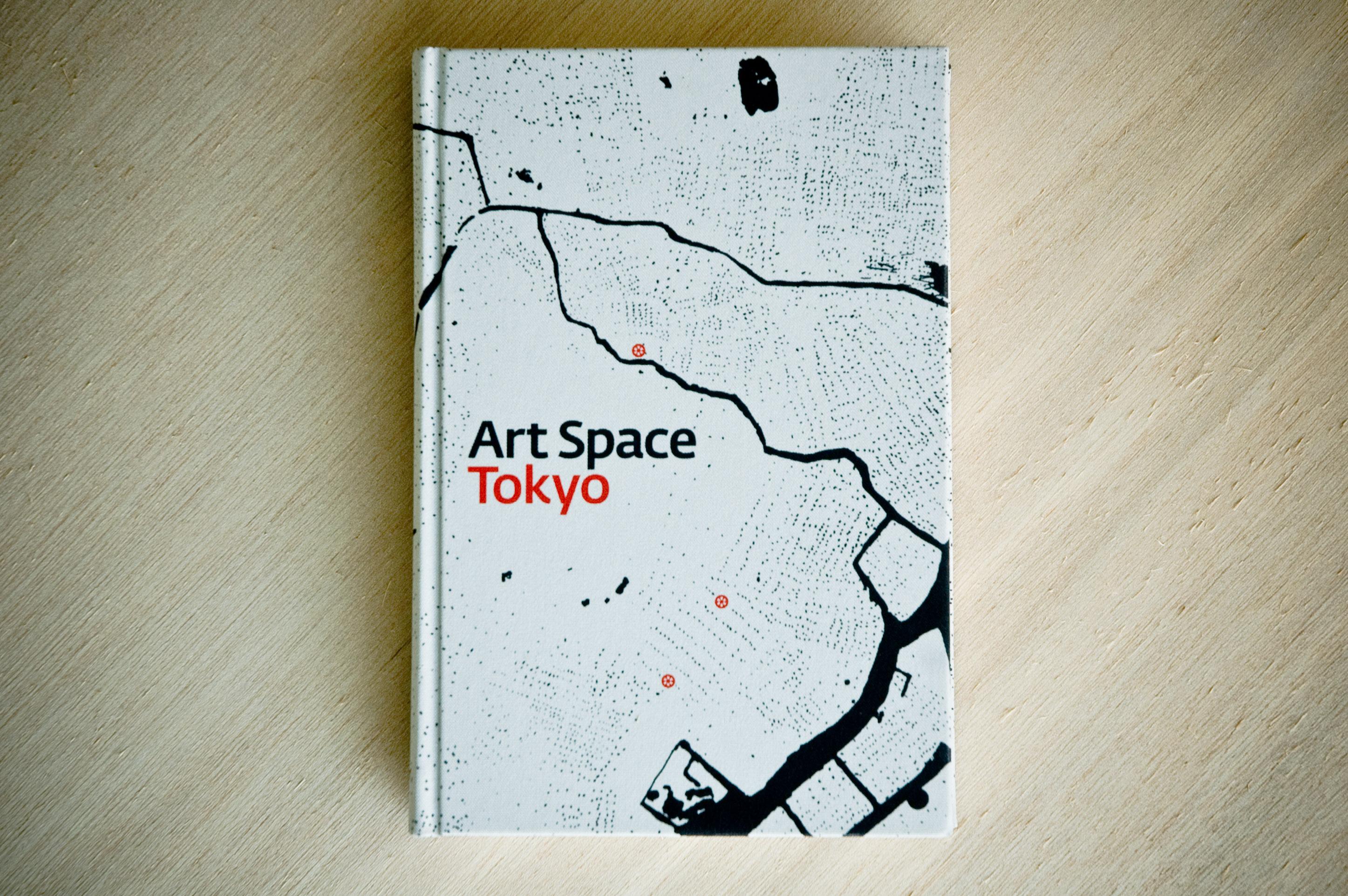 2008年にChin Music Pressより発行され、その後2012年にPRE/POST社より再版された『Art Space Tokyo』