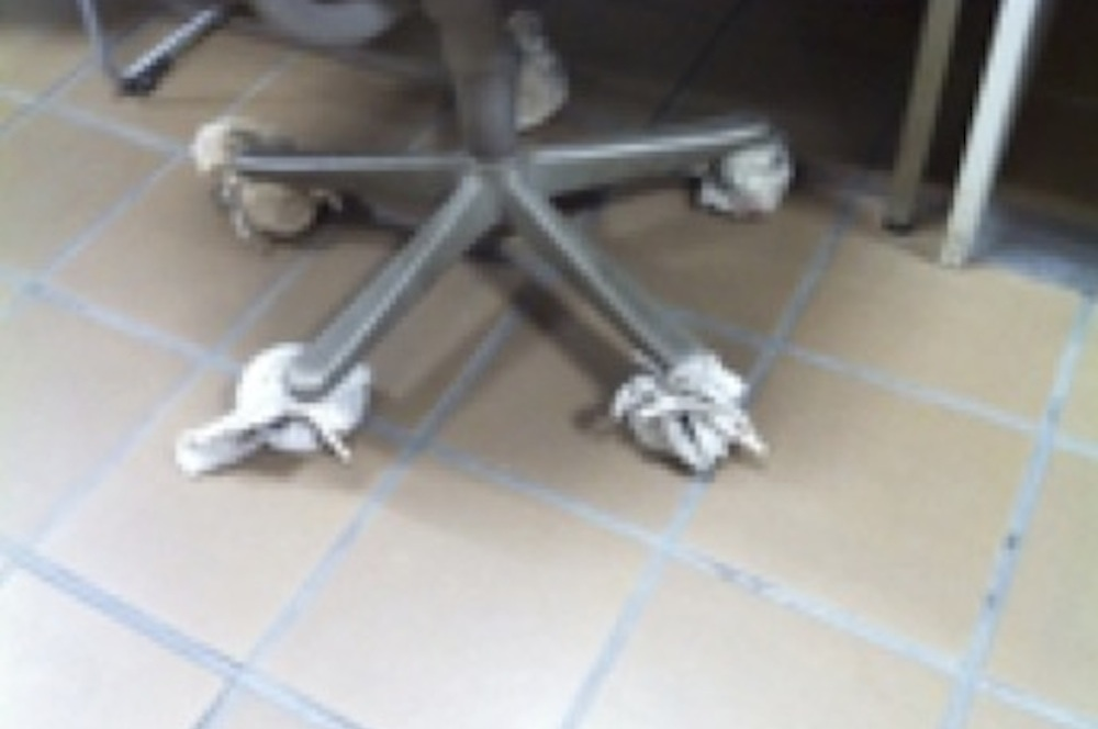 床を痛めないように脚に布を巻いた椅子