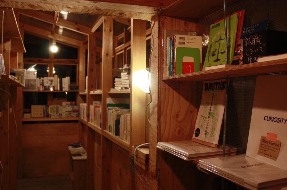 「小屋BOOKS」の名の通り、小屋そのものであるこの本屋の売り場面積はわずか2坪。働くことにまつわる本が並ぶ、狭いのに不思議と居心地の良いスペース