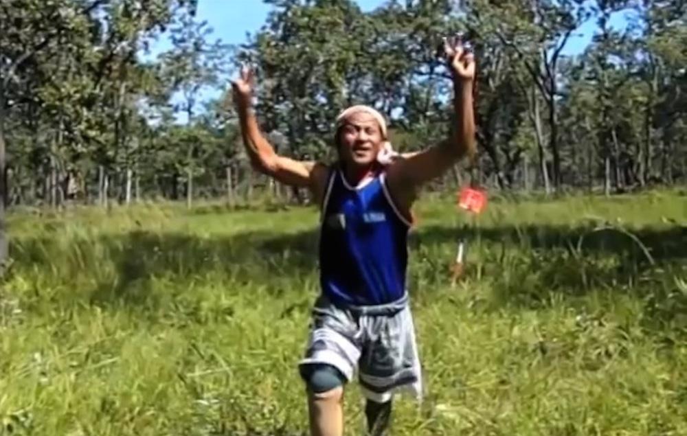 「アホな走り集 カンボジア編」地雷で右足が義足となった男性。(スクリーンショット)