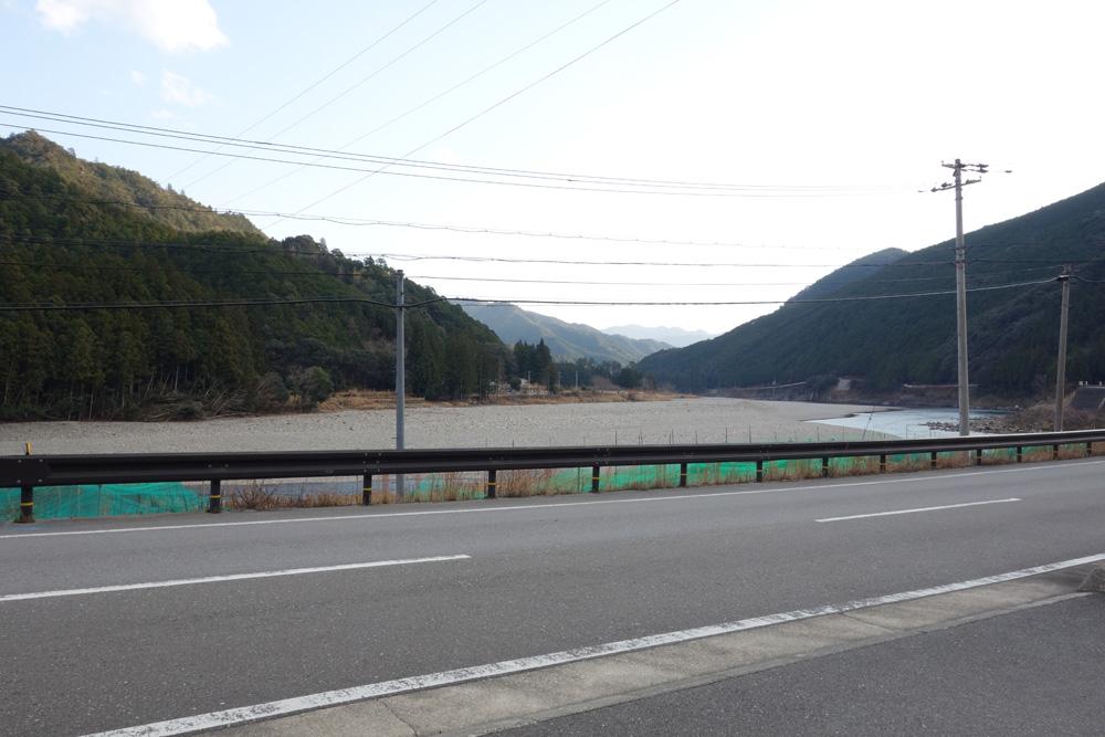 bookcafe kujuに面する北山川