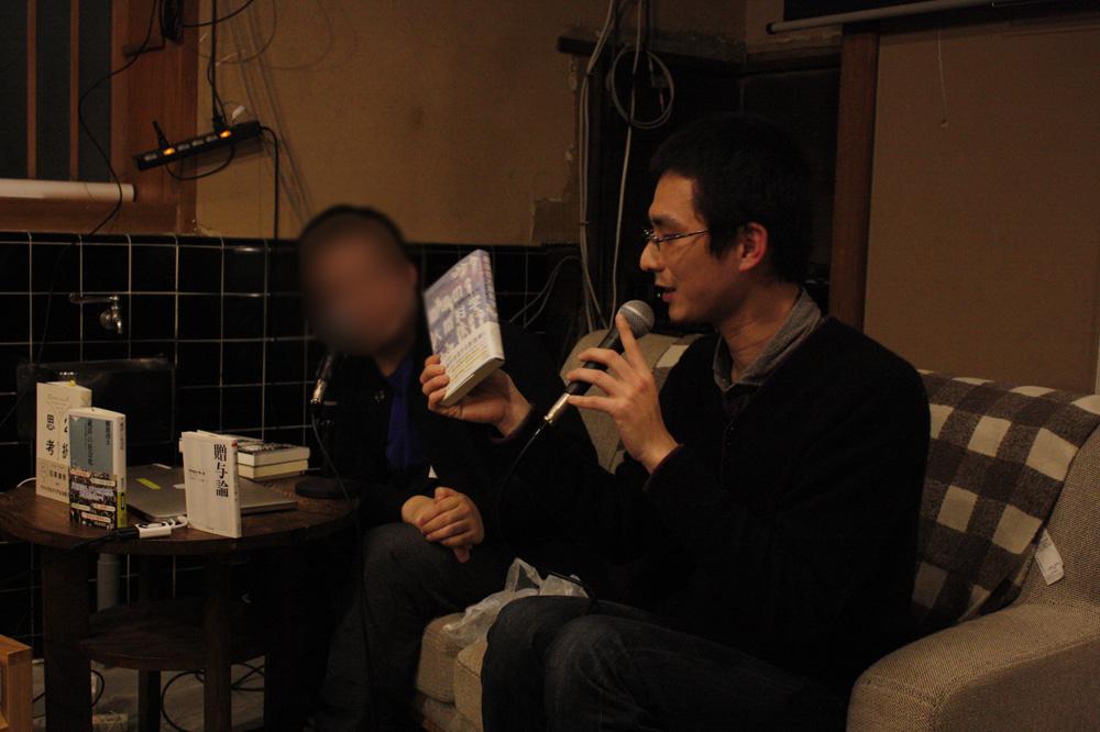 ライブ執筆の合間に行われた「読んでいない本について堂々と語るコーナー」。菅さんと松井さんが交互に、1行も読んでいない本の面白さをについて力説し、会場のみなさんにレコメンドする。めちゃくちゃな企画のようで、予想を超えて腑に落ちてしまうトークになり、イベント終了後に本の一部はしっかり売れていった
