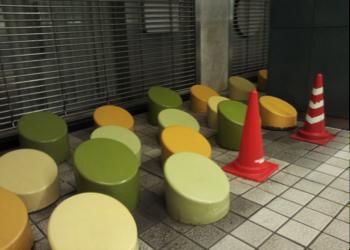 新宿駅から都庁へ向かう通路。「座れなくさせる」という禁止看板より実効力のある禁止措置