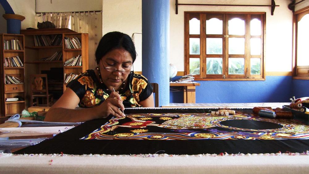 映画『フリーダ・カーロの遺品 石内都、織るように』より ©ノンデライコ2015