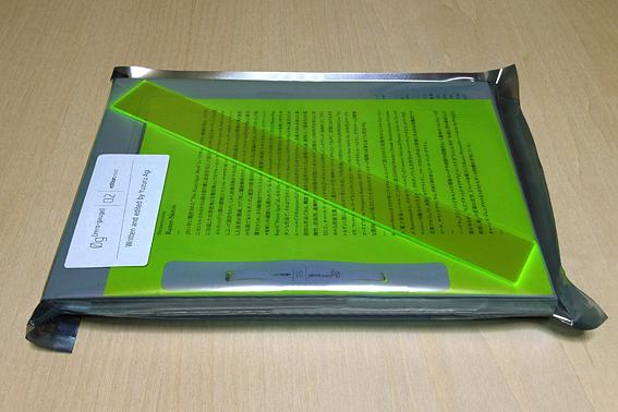 『0g(zero-gauge)_02』(編著:阿木譲)。第2版までは蛍光アクリルのブックマーカー付き。edition.nord社内でまかなえる印刷・製本技術を組み合わせた、ハンドメイドの工程で生産されている