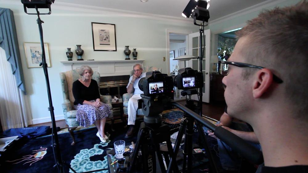 映画『ヴィヴィアン・マイヤーを探して』より(手前:ジョン・マルーフ監督) Ⓒ Vivian Maier_Maloof Collection Ⓒ 2013 RAVINE PICTURES, LLC.  ALL RIGHTS RESERVED.