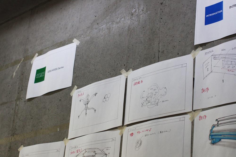 アトリエの壁一面に貼られた、土佐さんによるスケッチ
