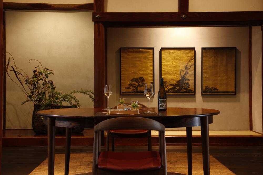 川上シュンさんの作品は里山十帖館内のいたるところに展示されている