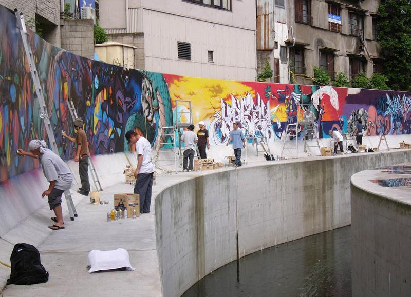 渋谷川リーガルウォール(2004年制作、現存はせず)。地域住民の願いによる「渋谷川の環境再生」をモチーフに制作された