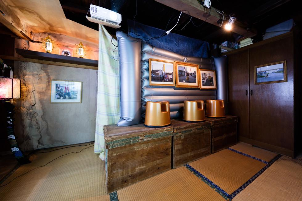 カオス*ラウンジ「小名浜竜宮」の作品の1つ。ソープランドを扱った中島晴矢の作品は、いわき市からクレームが入った。