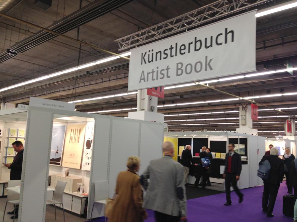 フランクフルト・ブックフェア(2014年)の「ブックアート部門」。看板に「Artist Book」の表記