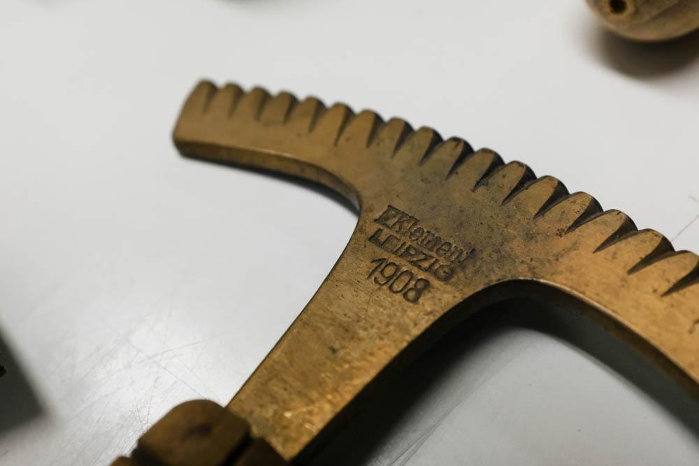 1908年製。100年以上の時間を背負った道具がまだ使える状態で手に入る。