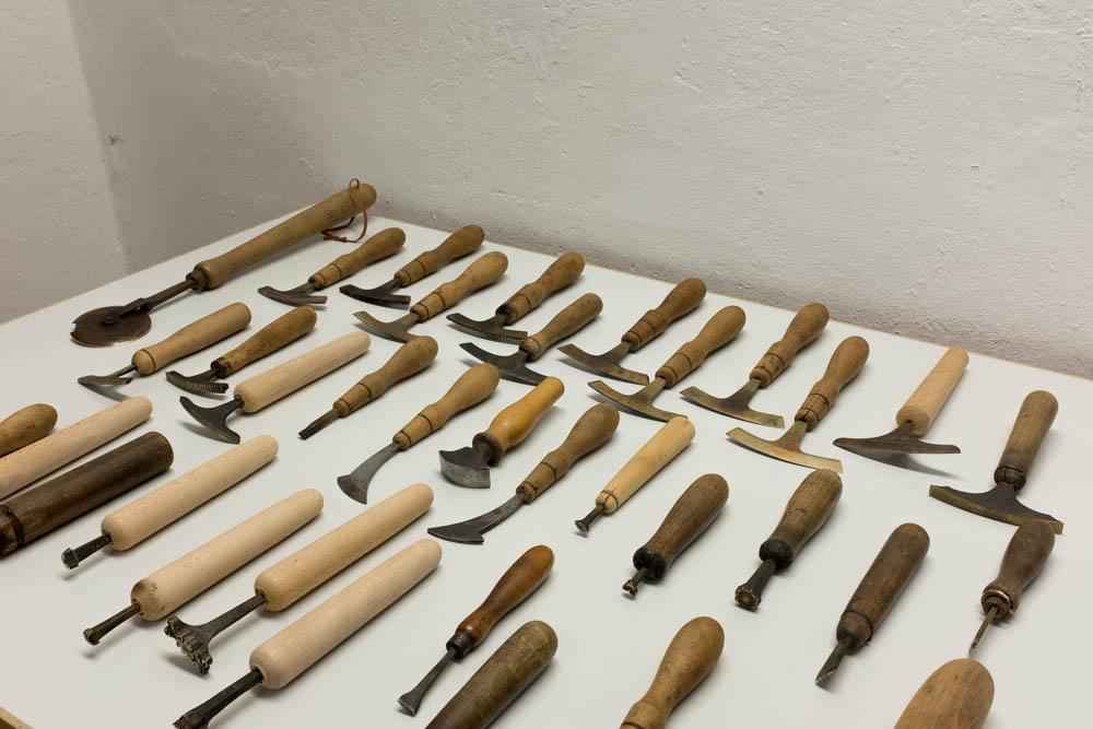 ドイツで譲り受けたりしながら集めた、表紙装飾のための道具。