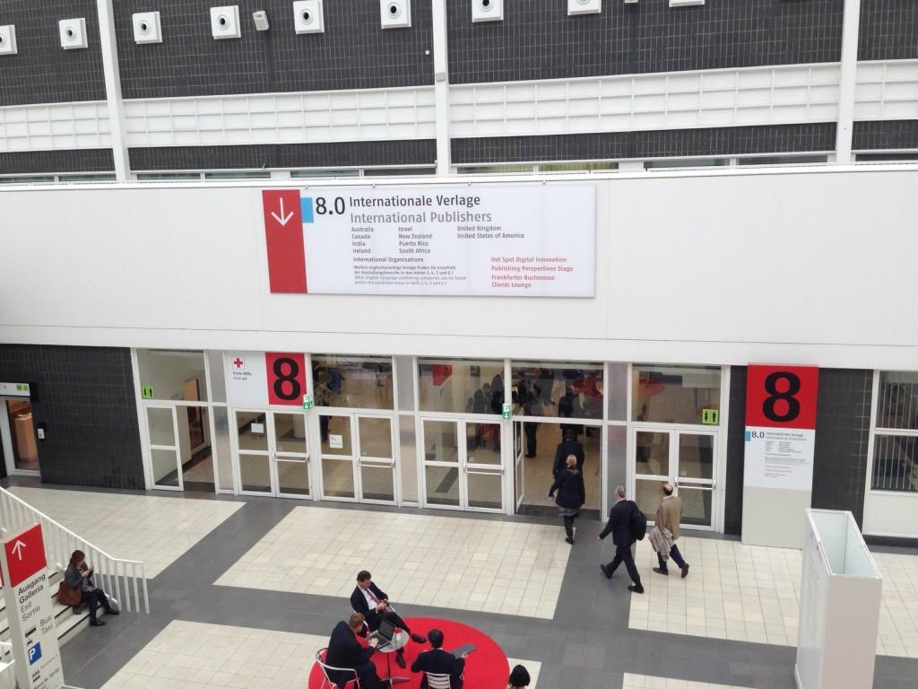 「Internationale Verlage」の入口。この館だけなぜか手荷物チェックがある